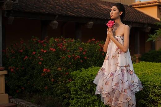 Váy quây cúp ngực tạo hiệu ứng thị giác bằng cách xếp tầng ở chân váy. Khung cảnh nên thơ, lãng mạn như mang người xem trở về gần gũi hơn với thiên nhiên, hoa cỏ.