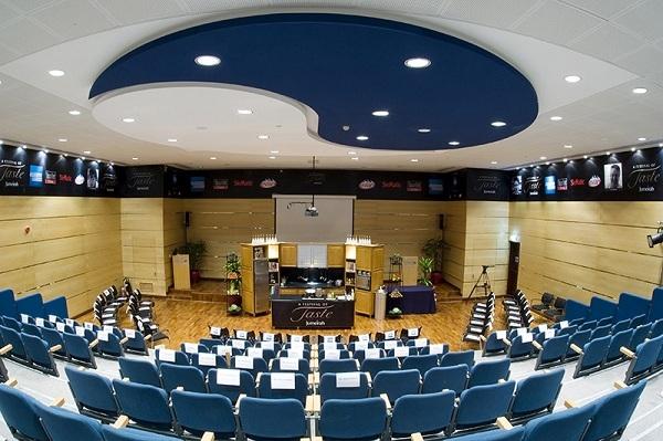 Hội trường của học viện được thiết kế với gam màu lạnh trang nhã.