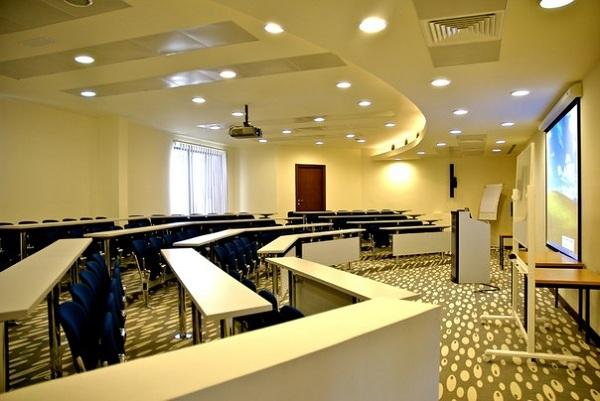 Phòng học sang chảnh như thế này thì ai có thể ngủ gật trong giờ học được chứ?
