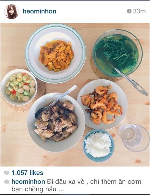 Bức hình bữa cơm gia đình do chính Kiên Hoàng nấu được bà xã Heo Mi Nhonchia sẻ trên trang cá nhân đã nhanh chóng nhận nhiều sự thích thú và yêu mến của người hâm mộ. Chỉ là những món ăn bình thường, nhưng với tình cảm của cặp đôi này dành cho nhau khiến nhiều bạn trẻ phải ghen tị.