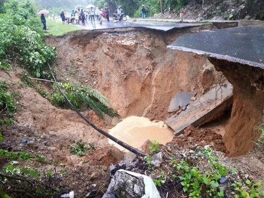 Hố tử thần xuất hiện sau mưa lũ, khiến tuyến đường huyết mạch nối hai tỉnh Lào Cai - Lai Châu bị chia cắt