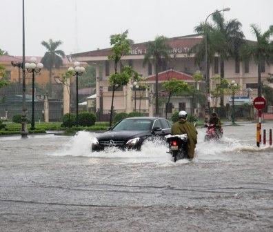 Nhiều tuyến đường ở các địa phương đã chìm trong biển nước
