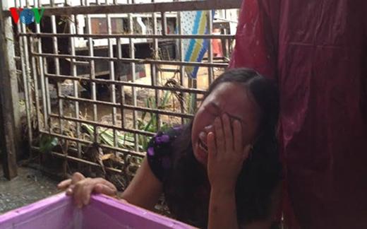 Người thân đau buồn khi anh Thế Anh ở Sơn La thiệt mạng trong mưa lũ. Ảnh: VOV