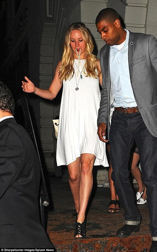 Jennifer Lawrence bước ra từ một nhà hàng với bộ dạng không đỡ nổi.