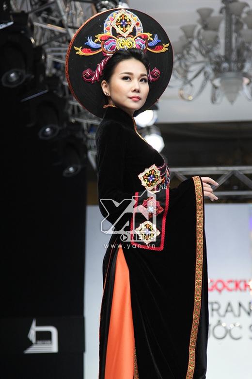 Trong màn trình diễn thứ hai, Thanh Hằng lại điệu đà, nữ tính pha chút cổ điển, quyền lực trong tà áo dài truyền thống. Thiết kế được thực hiện trên nền chất liệu nhung lấy hai màu cam, đen làm chủ đạo cùng những họa tiết thêu tay, đắp nổi trên ngực áo.