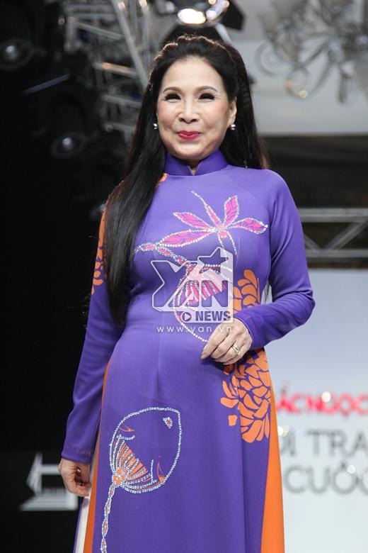 Tham gia trình diễn trong BST áo dài truyền thống còn có NSƯT Kim Xuân. Đây cũng là lần đầu tiên nữ diễn viên gạo cội trải nghiệm với vai trò một người mẫu. Kim Xuân mở màn với chiếc áo dài khá đơn giản với hai gam màu cam, tím dịu ngọt.