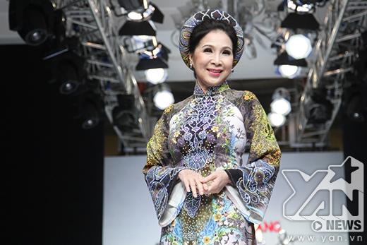Nữ nghệ sĩ trình diễn thiết kế thứ hai trên nền chất liệu gấm cùng những họa tiết in độc đáo, lạ mắt. Màn trình diễn của nữ diễn viên 58 tuổi luôn nhận được sự tán thưởng nồng nhiệt từ khán giả.