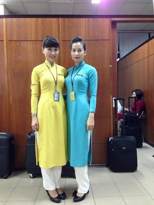 Đồng phục màu xanh là dành cho tiếp viên khoang khách thường.