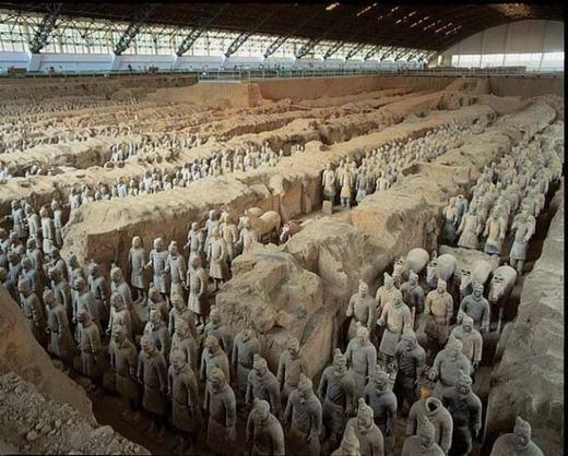 Đội quân đất nung bên trong lăng mộ Tần Thủy Hoàng cũng là bí ẩn chưa có lời giải thỏa đáng. Bên trong khu lăng mộ là hàng ngàn những binh lính đất nung nhưng điều kì lạ là mỗi người có một khuôn mặt khác nhau. Bên cạnh đó, một lượng thủy ngân bên trong biến nơi đây thành khu vực chết chóc không lời giải.