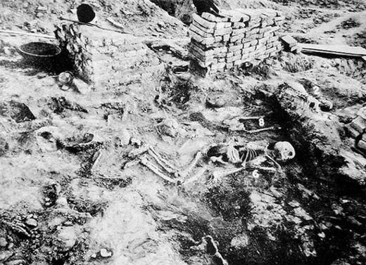 Đây là những bộ hài cốt bị nhiễm phóng xạ cách đây hơn 3000 năm được phát hiện tại 2 di chỉ Harrapa và Mohenjo-Daro. Một số giả thiết cho rằng đó là hậu quả của một vụ nổ bom nguyên tử khoảng 1500 TCN nhưng nó nhanh chóng bị phủ nhận.
