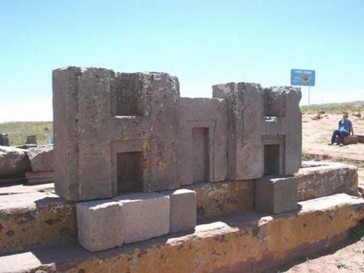 """Đây là những gì còn lại của một ngôi chùa ra đời từ nền văn minh Inca. Công trình bằng đá này khiến khoa học không thể lí giải bởi vì những tảng đá được lồng vào nhau """"chuẩn đến từng cm""""."""
