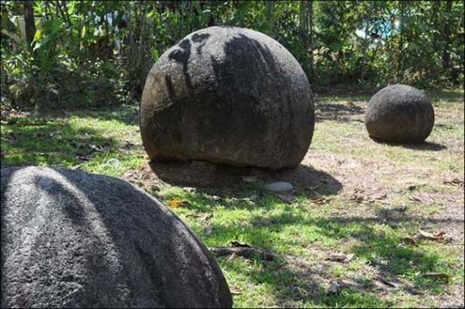 """Những """"quả cầu"""" bằng đá này được tìm thấy ở vùng đồng bằng sông Diquís và Isla del Caño,Costa Rica. Nơi đây có hơn 300 viên đá và nó được dân địa phương gọi là Las Bolas. Tuy vậy, nguồn gốc xuất xứ của nó cũng đang bị đặt dấu hỏi."""