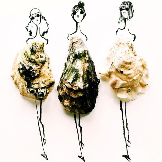 Những vỏ hàu gồ ghề cùng rong rêu lại trở thành những mẫy váy phom rộng cùng những họa tiết khá độc đáo.