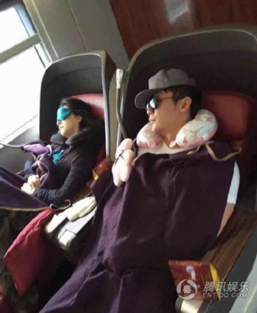 Cặp đôi nắm tay tình cảm và cả... ngủ gục trên tàu điện.