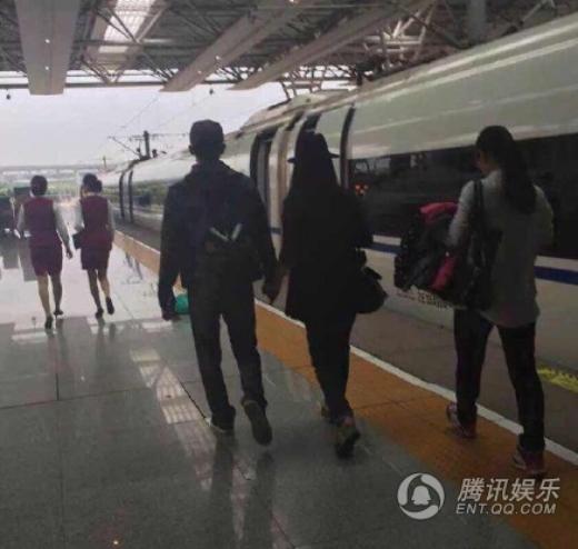 Bắt gặp Phạm Băng Băng - Lý Thần tình tứ nắm tay, ngủ bên nhau khi đi tàu điện