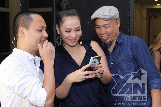 Thu Minh hạnh phúc khoe hình con trai của mình cho Nguyễn Hải Phong và nhà sản xuất âm nhạc Huy Tuấn. - Tin sao Viet - Tin tuc sao Viet - Scandal sao Viet - Tin tuc cua Sao - Tin cua Sao