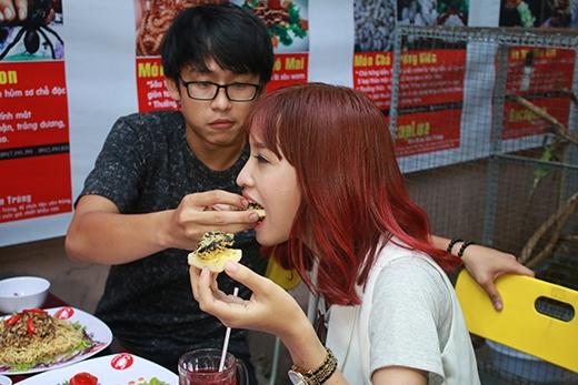 Cũng trong tập 3, cảQuang Bảo và Kim Nhãcùng nhau khám phá một món ăn khá kinh dị. Trong hình,Quang Bảophải dỗ dành và đút choKim Nhãăn