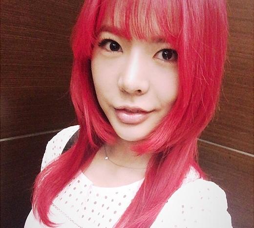 Sunny khoe tóc hồng chóe trước khi trở lại sân khấu khiến fan thích thú.