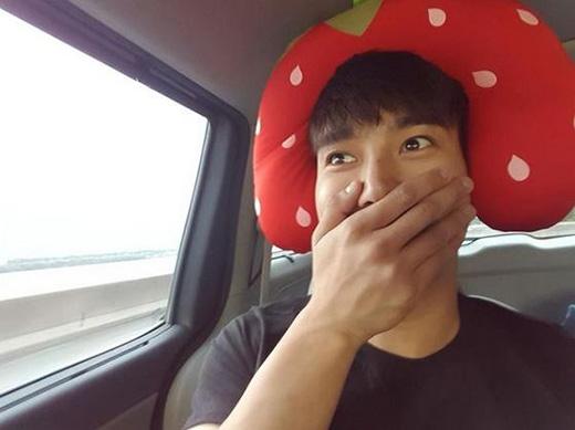 Siwon nhí nhảnh khi đội trái dâu dễ thương trên đầu. Bên cạnh đó anh chàng còn làm mặt ngượng ngùng khiến fan mê mệt.
