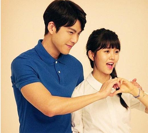 Kim So Hyun đăng tải ảnh đáng yêu bên Kim Woo Bin trong mẩu quảng cáo mới.
