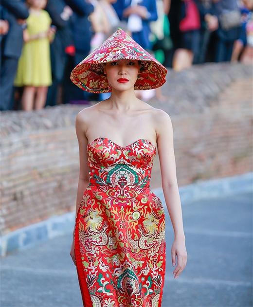 Trong show diễn, HHVN 2008 Thùy Dung giữ vai trò vedette. Cô diện chiếc áo dài cách điệu trên nền chất liệu gấm truyền thống cùng những họa tiết, hoa văn rồng phượng mang đậm chất cung đình.