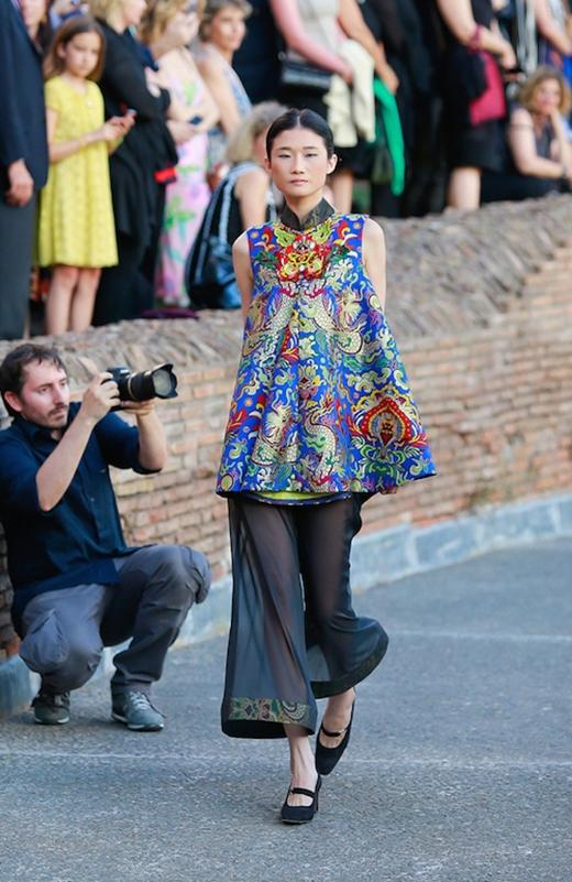 Đặc biệt, bên cạnh những người mẫu hoạt động tại Ý, trong show diễn, Thùy Dung còn hội ngộ với Á quân VietNam's Next Top Model 2012 - Kha Mỹ Vân. Hiện tại, chân dài này đang hoạt động chính thức tại kinh đô thời trang Paris của Pháp. Kha Mỹ Vân trình diễn hai mẫu thiết kế trong BST.