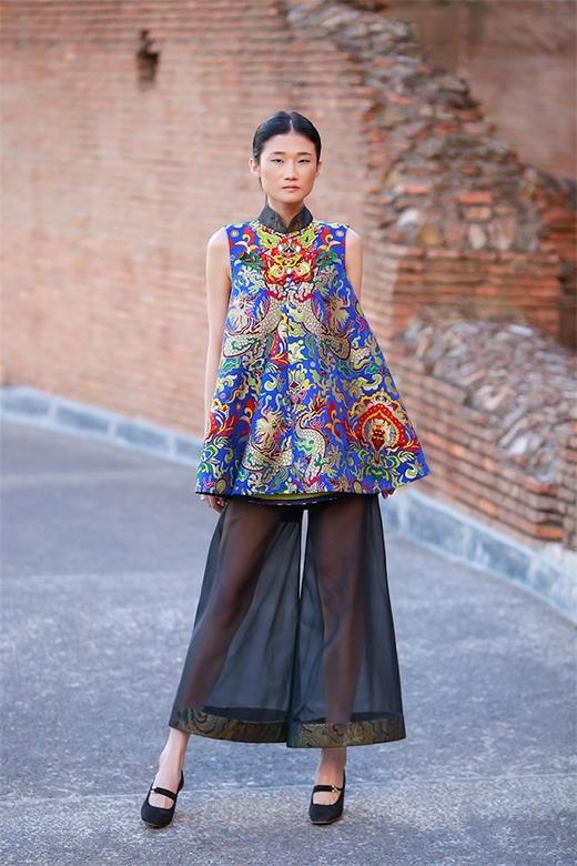Thiết kế kết hợp giữa áo chữ A cổ điển cùng quần lửng ống loe với chất liệu xuyên thấu gợi cảm.