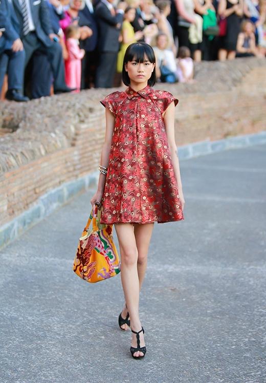 Các phụ kiện đi kèm đều được thực hiện đồng điệu với trang phục từ chất liệu, kiểu dáng.