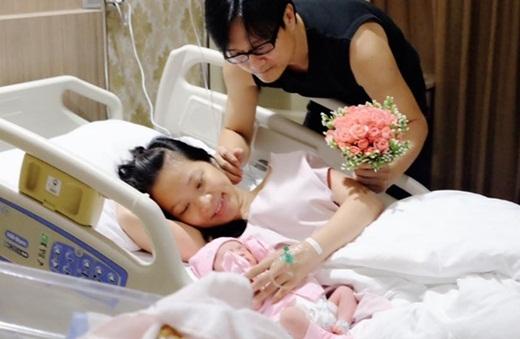 Những hình ảnh đầu tiên của công chúa nhỏ được Nguyễn Nhất Huy chia sẻ trên trang cá nhân. - Tin sao Viet - Tin tuc sao Viet - Scandal sao Viet - Tin tuc cua Sao - Tin cua Sao