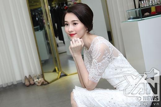 Nếu như bộ váy trắng với phần cổ tròn, tay ngắn mang đến sự thanh lịch, kín đáo cho Thu Thảo - Tin sao Viet - Tin tuc sao Viet - Scandal sao Viet - Tin tuc cua Sao - Tin cua Sao