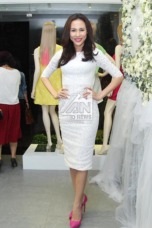 Hoa hậu Siêu quốc gia Việt Nam 2015 Lệ Quyên khoe khéo những đường cong gợi cảm trong chiếc váy trắng ôm sát. - Tin sao Viet - Tin tuc sao Viet - Scandal sao Viet - Tin tuc cua Sao - Tin cua Sao