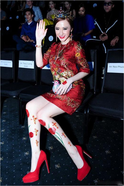 16 cm là chiều cao của đôi giày đỏ được Angela Phương Trinh diện cùng bộ váy hàng hiệu có giá gần 100 triệu đồng.