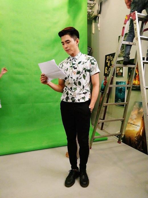 Để chuẩn bị cho buổi ghi hình trong một chương trình, anh chàng Will (365) đã diện một chiếc áo có họa tiết hoa hòe cực kì sặc sỡ, để mang đến sắc hè cho cả trường quay.