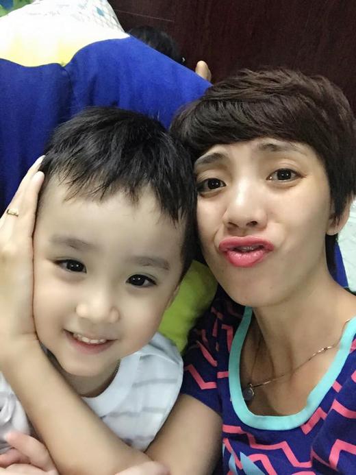 Thu Trang đã chia sẻ trên trang cá nhân rằng, dù cô có làm việc cỡ nào cũng chẳng cảm thấy mệt, nhưng khi vừa mới nghe tin con trai đang bệnh thì đột nhiên cô lại cảm thấy khó chịu trong người và muốn về sớm với con.
