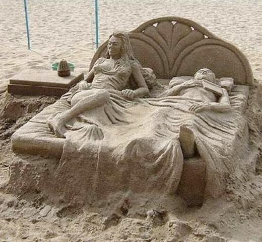 Một công trình nghệ thuật trên bãi biển làm từ cát.