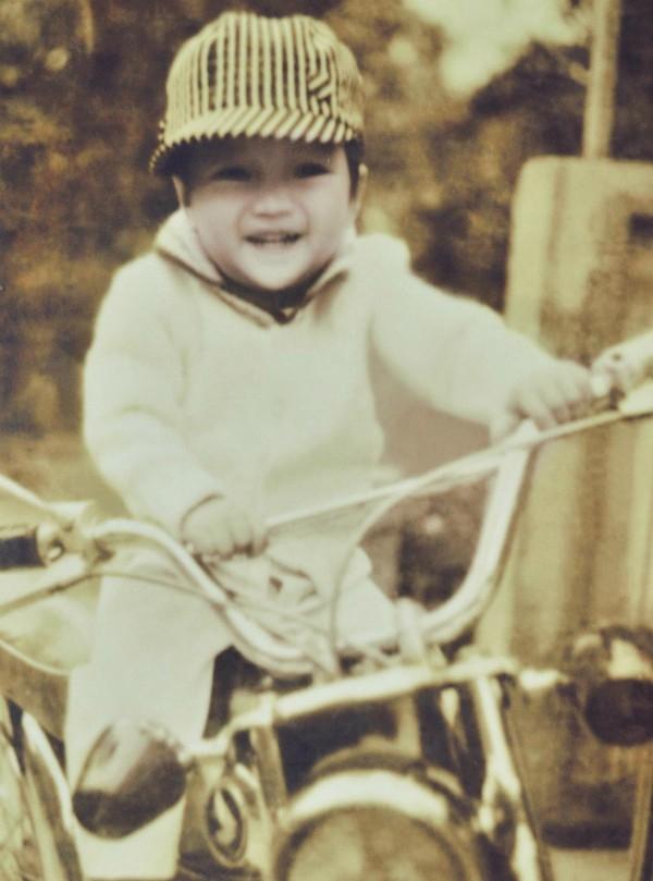 Ảnh chụp Mr. Đàm khi tròn 3 tuổi và đang cười tít mắt khi được ngồi trên chiếc xe của bố. - Tin sao Viet - Tin tuc sao Viet - Scandal sao Viet - Tin tuc cua Sao - Tin cua Sao
