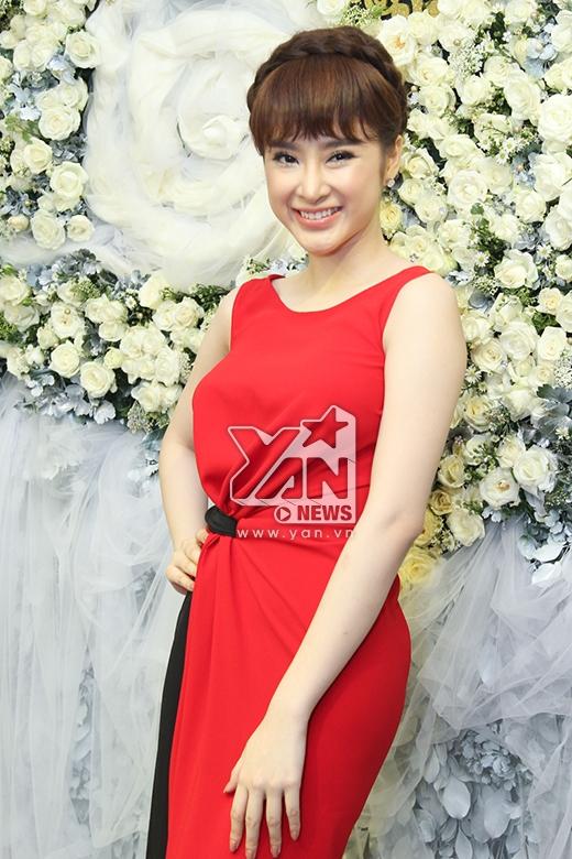 Angela Phương Trinh diện chiếc váy quây suông dài với sắc đỏ ruby nổi bật được tạo điểm nhấn bởi chi tiết cut out ở thắt eo.
