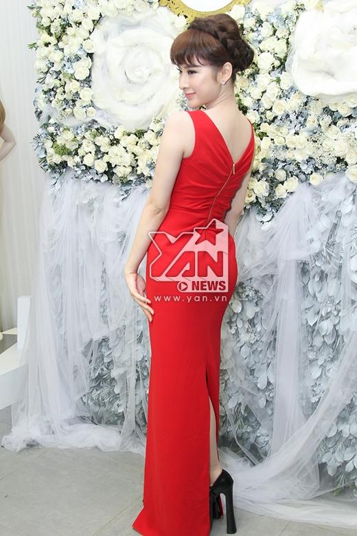 Đặc biệt, cô nàng còn thu hút sự chú ý khi diện bộ trang phục cùng đôi giày cao đến 25 cm.
