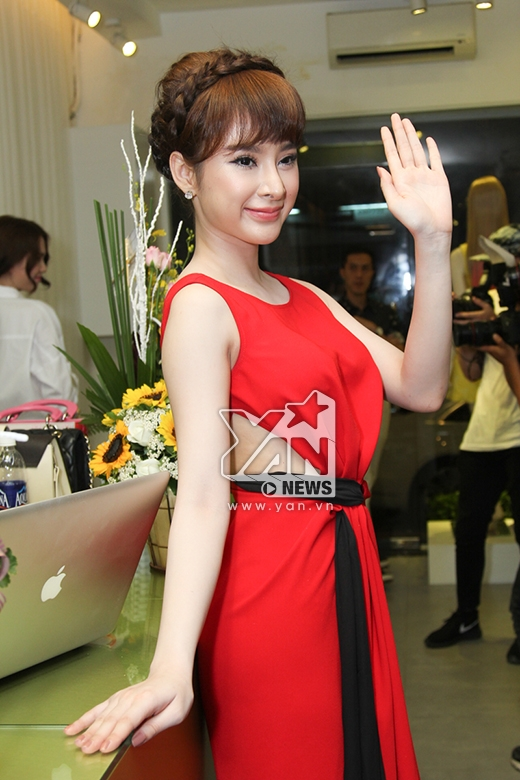 Kiểu chào hoa hậu vốn đã làm nên thương hiệu của Angela Phương Trinh.