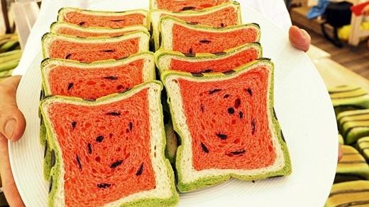Thích thú trước bánh mì dưa hấu mới toanh giải nhiệt mùa hè