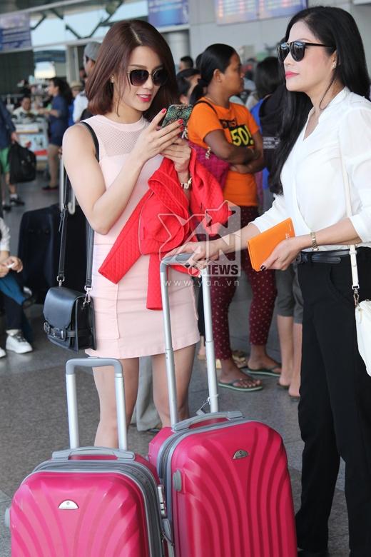 Hai mẹ con cùng nhau tự sướng trước khi lên máy bay. - Tin sao Viet - Tin tuc sao Viet - Scandal sao Viet - Tin tuc cua Sao - Tin cua Sao