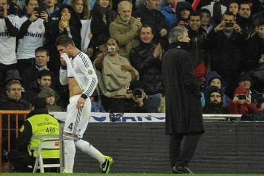 Perez quyết bán Ramos để chiều lòng... Mourinho