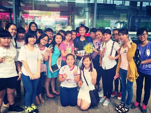 Thanh Duy Idol thật sự bất ngờ vì tình cảm của các fans Đà Nẵng dành cho anh. Các bạn không chỉ đến tận nơi để đón thần tượng, mà còn xếp hàng rất trật tự, ngay ngắn để có thể chụp hình và xin chữ kí.