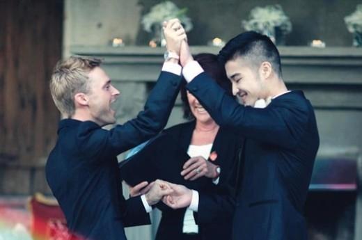 Edison Fan và Josh Taylor là cặp đôi nổi tiếng được nhiều người yêu mến. Edison là người Trung Quốc,còn Josh là người Ukraine, hiện cả hai đang sinh sống tại New Zealand. Cặp đôi này đã tổ chức đám cưới được hơn một năm nay và vẫn vô cùng hạnh phúc.