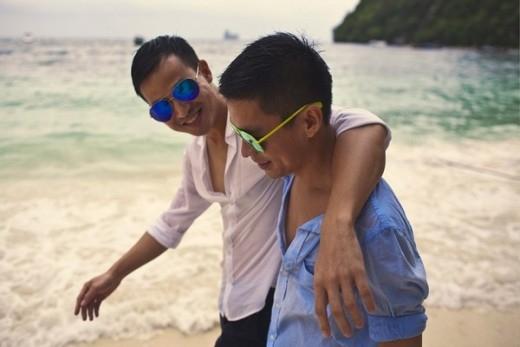 Nhà thiết kế Adrian Anh Tuấn và Sơn Đoàn mới đây đã tổ chức một đám cưới vô cùng lãng mạn, ấm cúng cùng những người thân thiết. Cả hai vô cùng hạnh phúc và nhận được rất nhiều lời chúc phúc từ bạn bè cùng gia đình hai bên.