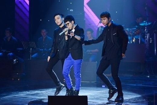 Mở màn chương trình, Vũ Cát Tường đã trình diễn lại ca khúc Phai – một trong những sáng tác đoạt giải Bài hát của tháng 5 vừa qua. - Tin sao Viet - Tin tuc sao Viet - Scandal sao Viet - Tin tuc cua Sao - Tin cua Sao