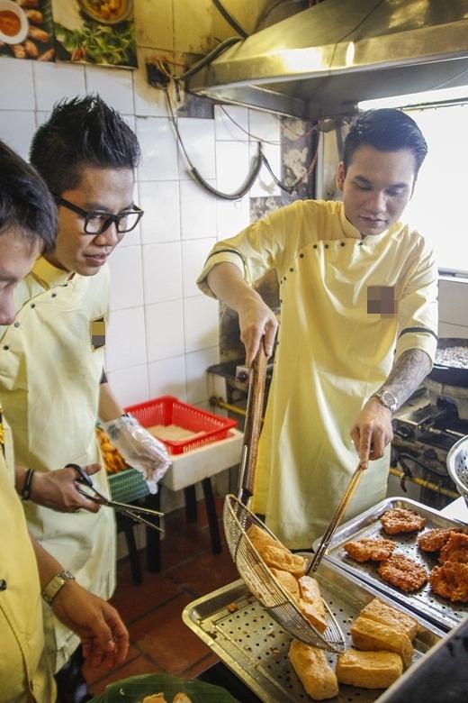 Không chỉ có cơ hội trải nghiệm công việc của người bồi bàn, Khắc Việt còn phải trực tiếp vào bếp để chiên đậu, chuẩn bị đồ ăn theo yêu cầu của khách. - Tin sao Viet - Tin tuc sao Viet - Scandal sao Viet - Tin tuc cua Sao - Tin cua Sao