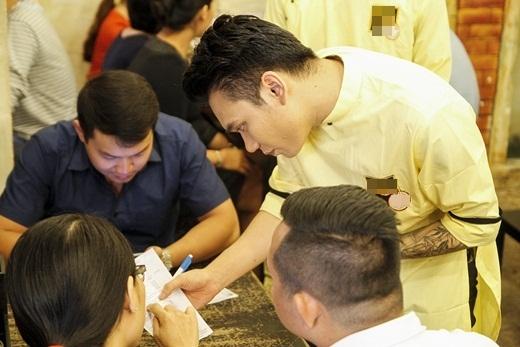 Sau vài phút trò chuyện cũng như chụp hình lưu niệm với khách, Khắc Việt bắt đầu ghi chép món ăn khách yêu cầu và lập tức vào bếp chuẩn bị. - Tin sao Viet - Tin tuc sao Viet - Scandal sao Viet - Tin tuc cua Sao - Tin cua Sao