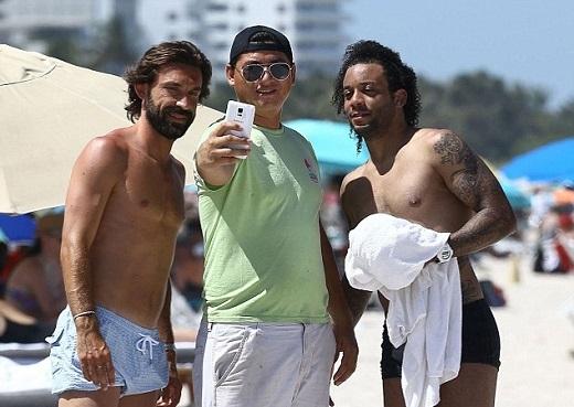 Trong khi đó Pirlo cũng hội ngộ với Marcelo, hậu vệ của Real, trên một bãi biển ở Miami.