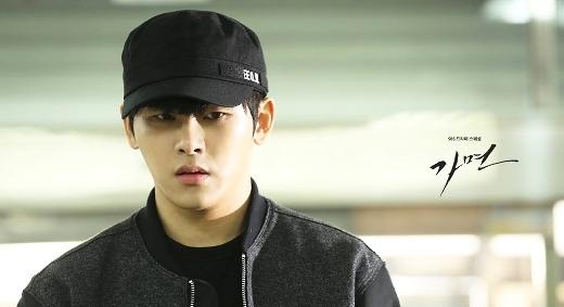 """Mỹ nam Kpop đồng loạt """"đá chéo sân"""" gây sốt màn ảnh Hàn"""